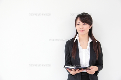 手帳を持つ若い女性の写真素材 [FYI00307789]