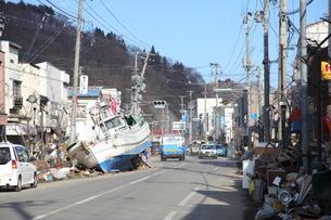 津波で町に流れ着いた漁船の写真素材 [FYI00307816]