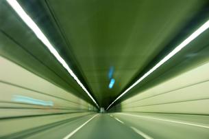 高速でトンネルを走りぬける 軌跡の写真素材 [FYI00308504]