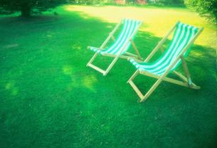 芝の上のデッキチェアの写真素材 [FYI00308522]