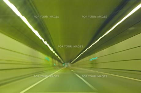 高速でトンネルを走り抜ける 軌跡の写真素材 [FYI00308526]