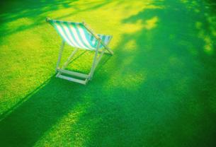 芝の上のデッキチェアの写真素材 [FYI00308531]