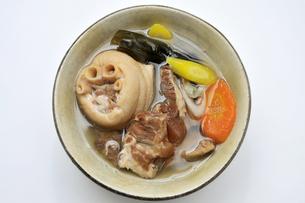 テビチとソーキのお汁の写真素材 [FYI00309261]