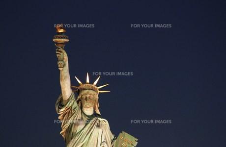 自由の女神と夜空の写真素材 [FYI00310421]