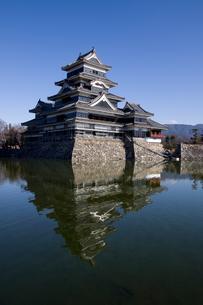 松本城とお堀との写真素材 [FYI00310701]