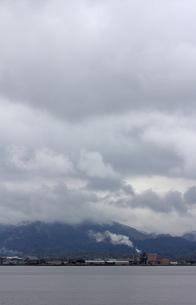 雨雲と工場の素材 [FYI00311133]
