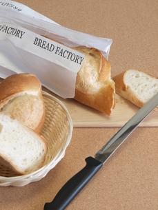 フランスパンとカット(縦)の写真素材 [FYI00311168]