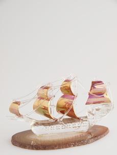 ガラスの帆船(縦)の写真素材 [FYI00311170]