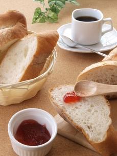 フランスパンと朝食2の写真素材 [FYI00311177]