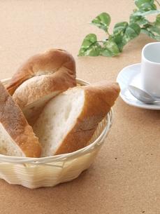 フランスパンとコーヒーカップの写真素材 [FYI00311178]