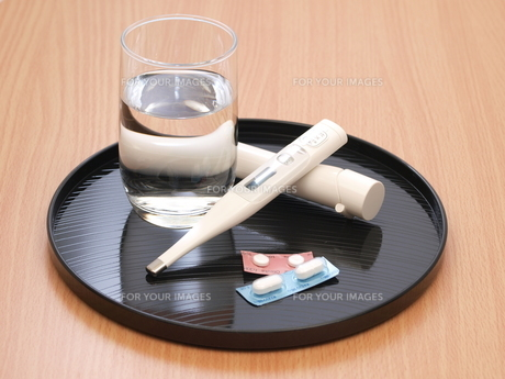 体温計と薬の写真素材 [FYI00311183]