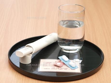 体温計と薬(横)の写真素材 [FYI00311196]