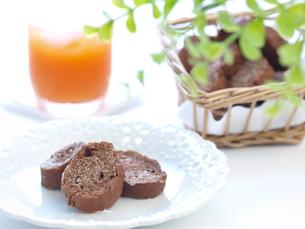 チョコラスクとジュース(横)の写真素材 [FYI00311236]