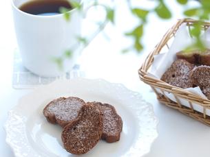 チョコラスクとコーヒー(横)の写真素材 [FYI00311242]