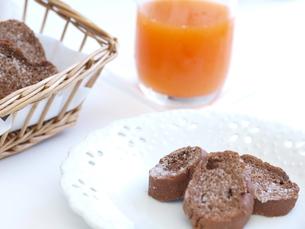 チョコラスクとジュース、シンプル(横)の写真素材 [FYI00311245]