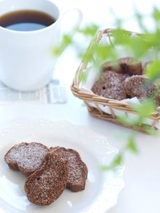 チョコラスクとコーヒー(縦)の写真素材 [FYI00311247]