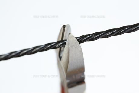 ニッパーでワイヤー切断の写真素材 [FYI00311257]