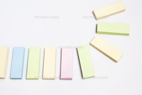 付箋を並べるの写真素材 [FYI00311258]