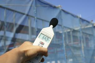 騒音計で計測中3の写真素材 [FYI00311293]