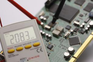 デジタルマルチメーターで計測中の写真素材 [FYI00311299]