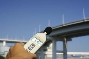 騒音計で測定中2の写真素材 [FYI00311301]