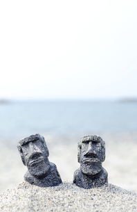 モアイ似の人形と砂浜の素材 [FYI00311487]