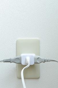 三つ又タップと電源コードの写真素材 [FYI00311524]