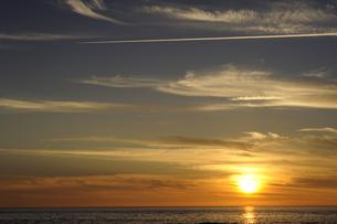 夕日に走る飛行機雲の素材 [FYI00311530]