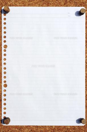 コルクボードに貼り付けたルーズリーフの素材 [FYI00311612]