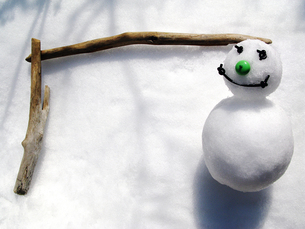 雪だるまと流木の枠の素材 [FYI00311650]