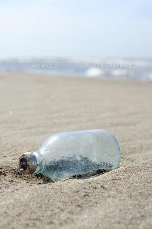 海岸で漂着物(瓶)を発見の素材 [FYI00311680]