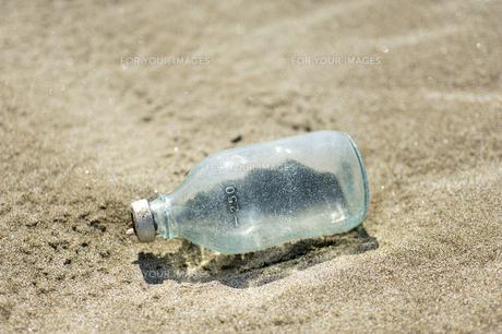 海岸で漂着物(瓶)を発見の素材 [FYI00311682]