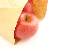 リンゴと紙袋の写真素材 [FYI00311789]