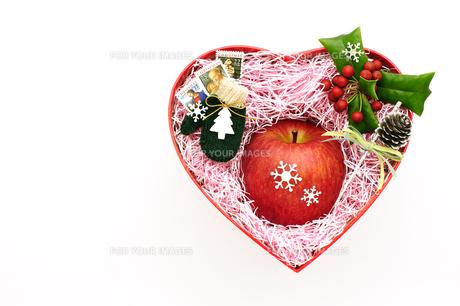 リンゴのクリスマスプレゼントの写真素材 [FYI00311790]