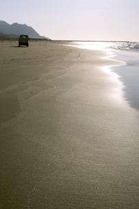 砂浜と車の写真素材 [FYI00311823]