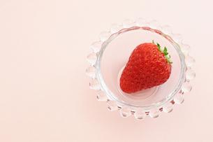 イチゴとガラス器の写真素材 [FYI00311862]