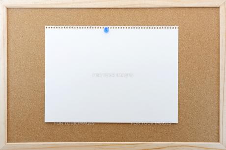 コルクボードに貼られた画用紙の素材 [FYI00311913]
