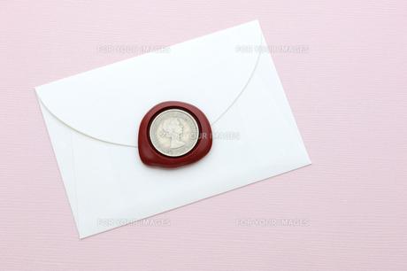 封筒と封蝋とラッキーコインの素材 [FYI00311959]