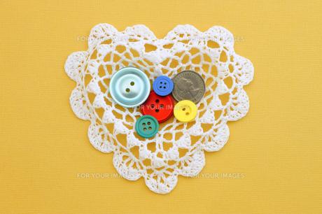 ハートとボタンとラッキーコインの写真素材 [FYI00311960]