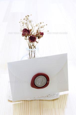 ウエディングカードとバラのドライフラワーの写真素材 [FYI00311970]
