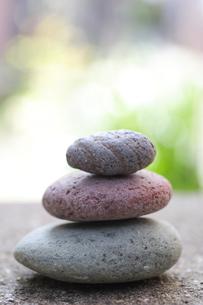 小石を積むの写真素材 [FYI00311975]