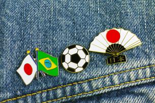 サッカー 国旗のピンバッジの写真素材 [FYI00312310]
