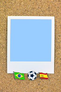 ポラロイド サッカー 国旗のピン ブラジル スペインの写真素材 [FYI00312319]