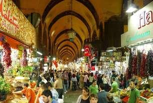 イスタンブールの市場、エジプシャン・バザール(ムッスル・チャルシュ)の写真素材 [FYI00312340]