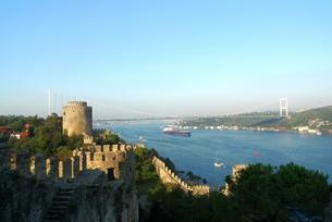 アジアとヨーロッパを結ぶボスポラス海峡の大橋の写真素材 [FYI00312347]