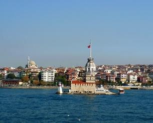 トルコ、ボスポラス海峡の乙女の塔と回教寺院の写真素材 [FYI00312358]