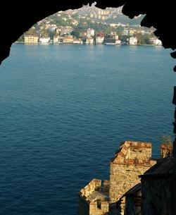 トルコの城塞ルメリヒサールからボスポラス海峡とアジア側のアナドルヒサールを展望するの写真素材 [FYI00312370]