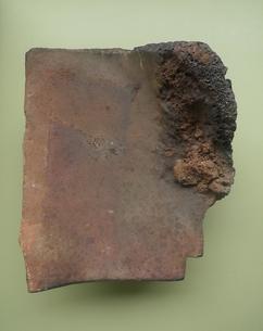 広島の原爆で溶解した屋根瓦 Roof tile lysed by atomic bomb at Hiroshimaの写真素材 [FYI00312400]