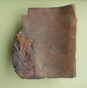 広島の原爆で溶解した屋根瓦 Roof tile lysed by atomic bomb at Hiroshimaの写真素材 [FYI00312409]