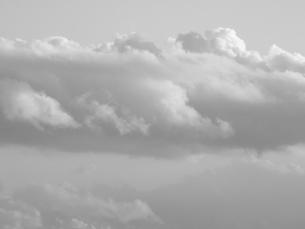 モノクロ雲の写真素材 [FYI00312442]